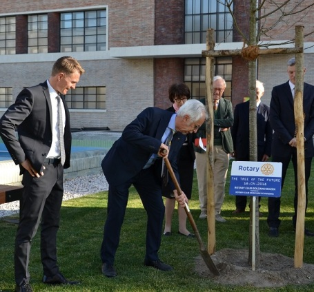 180418 President Pietro Marangoni planting the tree